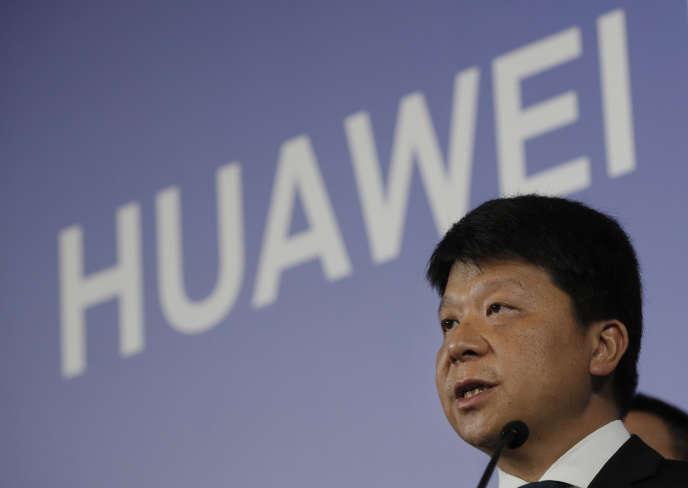 Guo Ping, l'un des présidents tournants de Huawei, lors de la conférence de presse annonçant le dépôt d'une plainte contre le gouvernement américain, jeudi 7 mars, à Shenzhen.