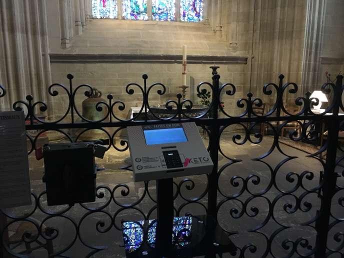 A la cathédrale Saint-Corentin de Quimper (Finistère) une borne permet de faire un don par carte bancaire.