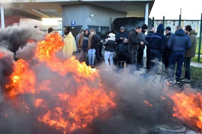 Les surveillants pénitentiaires bloquent l'entrée de la prison deCondé-sur-Sarthe,jeudi 7 mars.