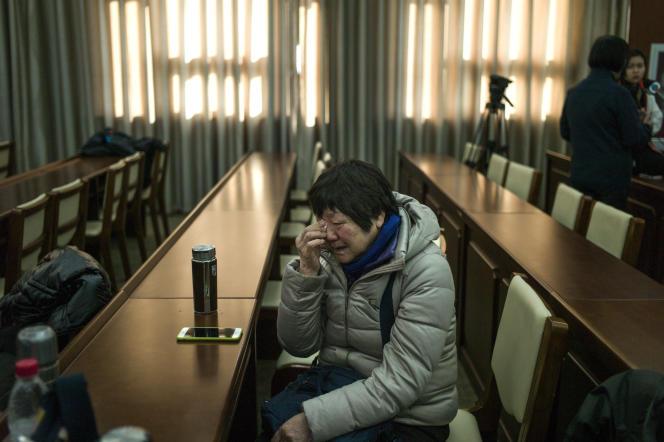 Une proche de disparus du MH370 au lendemain de l'annonce de l'arrêt des recherches, à Pékin, le 18 janvier 2017.