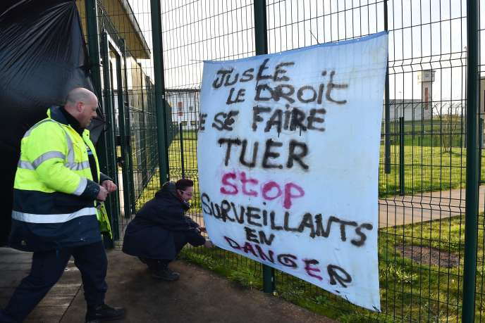 Les surveillants de la prison de Condé-sur-Sarthe sont mobilisés depuis mardi, à la suite d'une attaque terroriste dans l'établissement.