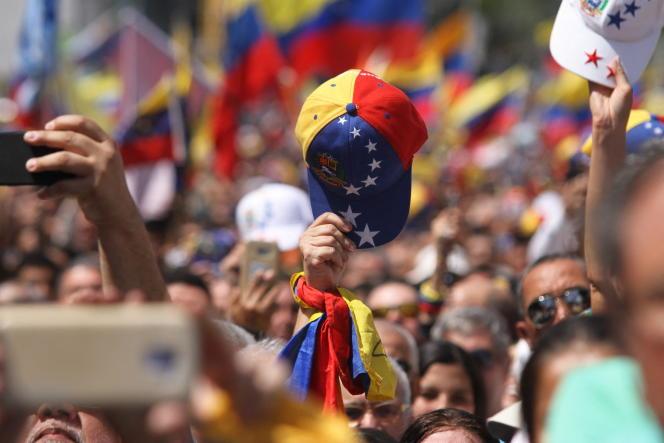 «A un haut commandement fidèle à Maduro, fort de quelque 2000 généraux dont il a promu plus de la moitié et une centaine d'amiraux, s'opposent les officiers et la troupe, qui souffrent des pénuries comme le reste de la population.» Photo : manifestation à Caracas (Venezuela) le 2 février 2019.