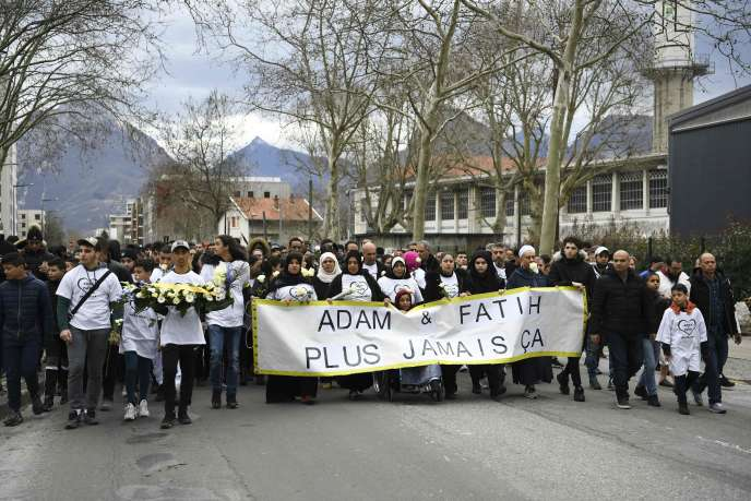 1 500 personnes se sont rassemblées à Grenoble, mercredi 6 mars, pour une marche silencieuse. JEAN-PIERRE CLATOT/AFP