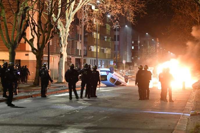 Des heurts avec la police après la marche en hommage à Adam Soli et FatihKarakuss, le 6 mars, à Grenoble.