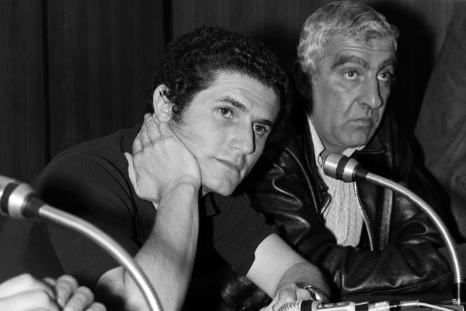 Claude Lelouch (g) et Charles Gérard, lors d'une conférence de presse sur le film «L'Aventure, c'est l'aventure» pendant le 25e Festival de Cannes, en mai 1972.