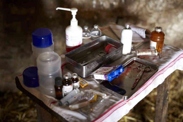 Les vétérinaires qui exercent en zone rurale doivent transporter tous leurs outils et leurs médicaments avec eux.