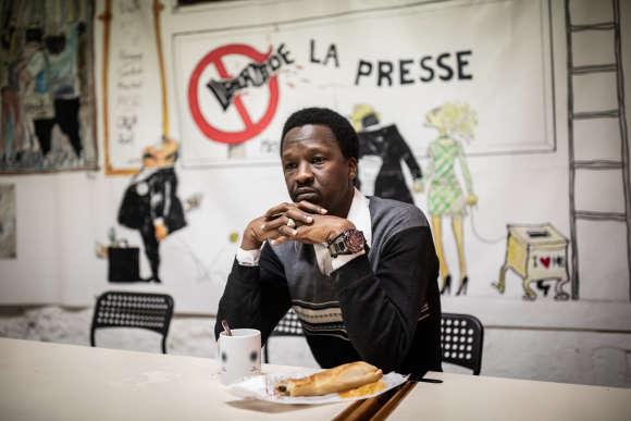 Mamadou déjeune dans la salle à manger de la MDJ.©Laurence Geai