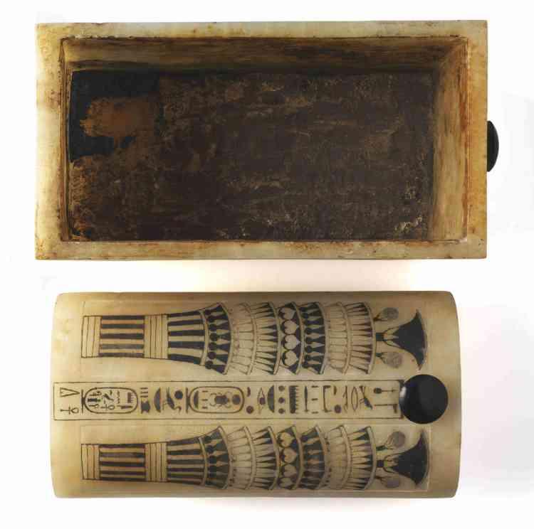 """«Cette boîte et son couvercle, qui avaient été séparés au cours d'un pillage dans l'Antiquité, font partie des quelque cinquante objets de Toutankhamon fabriqués en calcite, une pierre qu'on appelle souvent """"albâtre"""". Les deux pièces ont été taillées dans un bloc de calcite provenant de la carrière d'Hatnoub.»"""