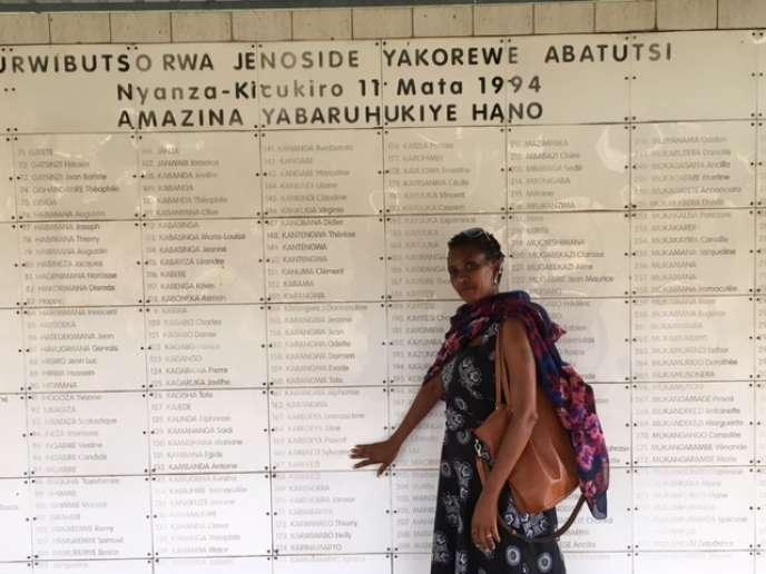 Yvonne Mukanubaha, rescapée du massacre de l'ETO en 1994, devant le mémorial de Nyanza où sont enterrés ses parents, en janvier 2019, à Kigali.