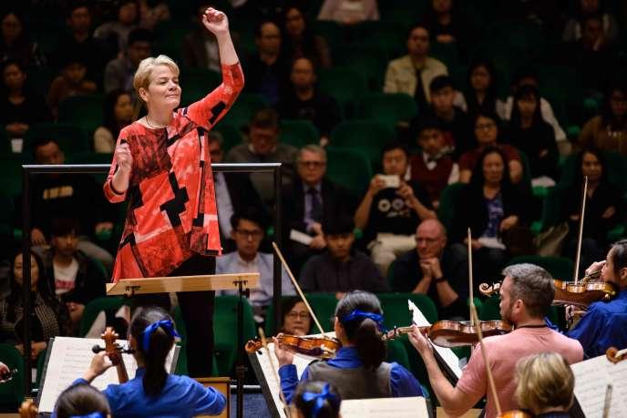La première femme américaine à dirigerun orchestre symphonique, MarinAlsop, à Hongkong, le 20 février.