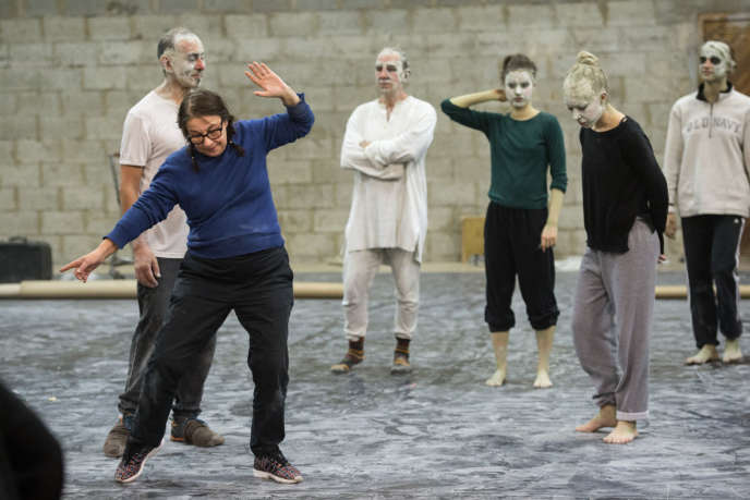 Maguy Marin (à gauche au premier plan) lors d'une répétition de« May B» dans le documentaire deDavid Mambouch,«Maguy Marin,l'urgence d'agir».