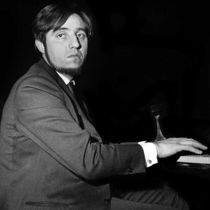 Le pianiste Jacques Loussier interprétant« Bach in jazz» pour la danseuse étoile Claude Bessy à l'Opéra-Comique, en décembre 1964.