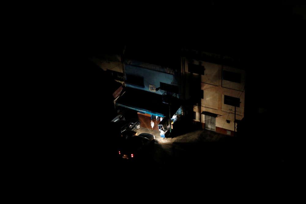 Hormis les bâtiments alimentés par générateur, la ville était totalement plongée dans l'obscurité.