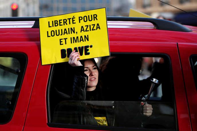 Manifestation en faveur des féministes saoudiennes emprisonnées, devant l'ambassade saoudienne, à Paris, le 8 mars.