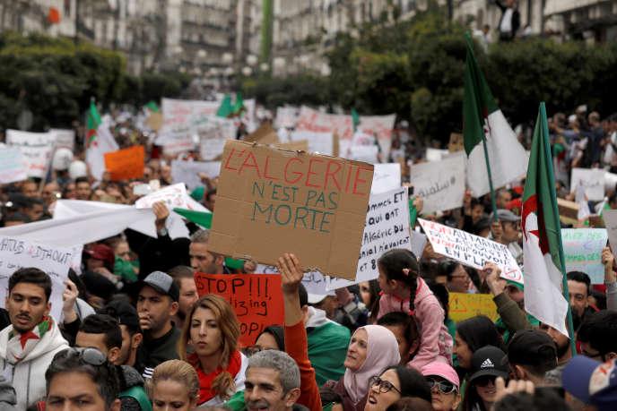 Lors d'une manifestation contre le président algérien Abdelaziz Bouteflika, à Alger, enAlgérie, le 8mars2019.