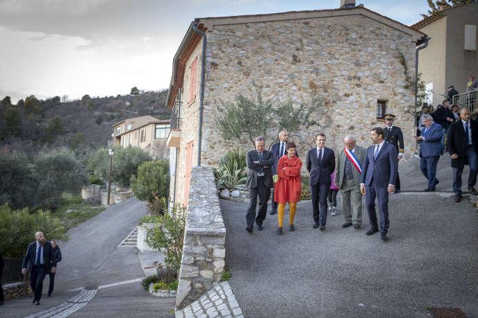 Emmanuel Macron visite le village de Sainte-Croix-du-Verdon (Alpes-de-Haute-Provence), jeudi 7 mars 2019.