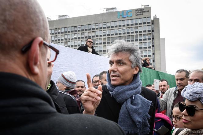 Rachid Nekkaz devantles Hôpitaux universitaires de Genève où il a tenté de s'introduire vendredi 8 mars.