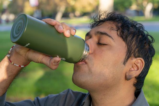 Le goulot large de la Hydro Flask n'est pas évasé au point d'empêcher de boire directement au goulot.