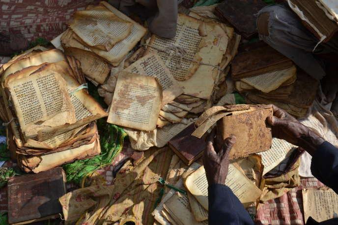 Un moine présente des manuscrits conservés dans une église du nord du pays, en octobre 2018.