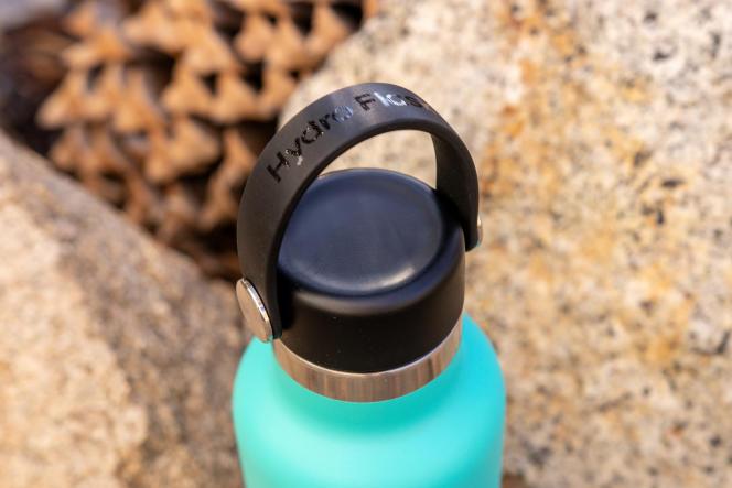 La boucle souple sur le capuchon flexible de la Hydro Flask pivote, ce qui la rend encore un peu plus versatile que les anses intégrées aux couvercles de nombreux modèles concurrents.