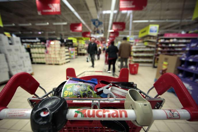 «Carrefour a intégré près de 90 réfugiés en contrat de professionnalisation sur un poste d'employé de commerce en magasin. Auchan a accueilli une vingtaine de réfugiés sur le même type de poste.»