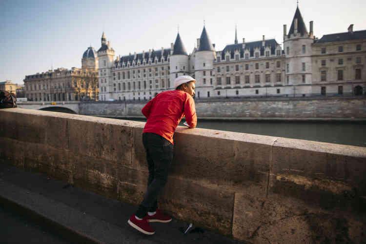 Il essaie de retrouver une trottinette déchargée sur les quais de Seine. Grâce à l'application, il peut faire sonner une alarme sur la trottinette pour faciliter sa localisation.