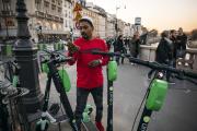 La Mairie de Paris veut taxer vélos et trottinettes à la demande.