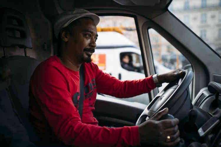 Il travaille pour l'entreprise américaine Lime. Il n'est pas salarié mais auto-entrepreneur.