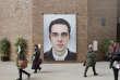 En face du SOS de Martin Le Chevallier, un grand autoportrait de Raphaël Fabre orne un mur, proche du bureau des passeports.