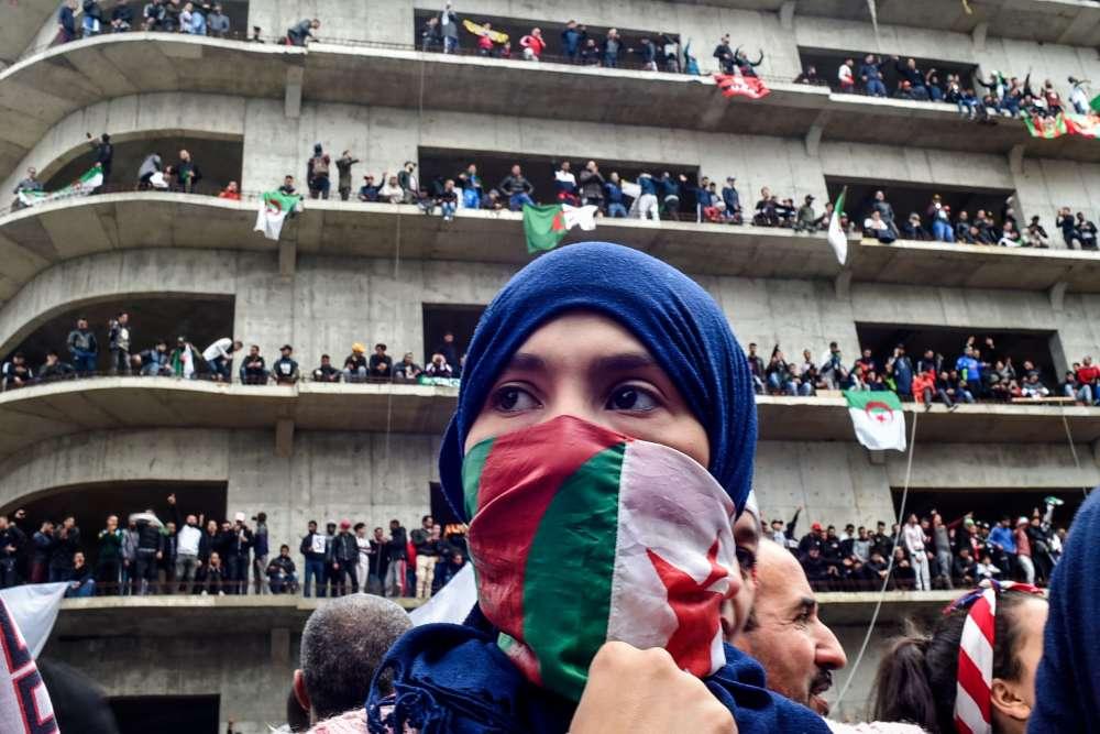 A Alger, la mobilisation a été très largement supérieure à celles des deux précédents vendredis, avec la présence de nombreuses femmes dans le cortège.