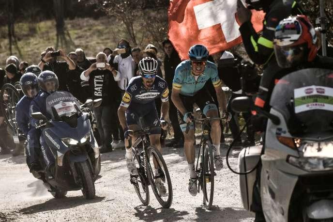 Julian Alaphilippe à gauche et Jakob Fuglsang sur l'un des chemins blancs des Strade Bianche, samedi 9 mars.