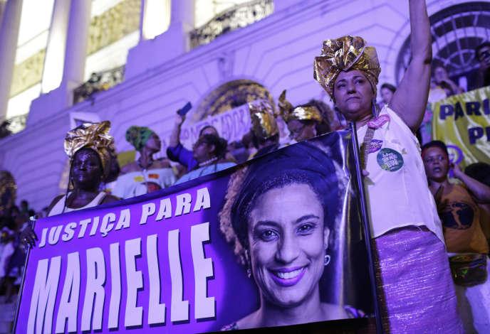 Des Brésiliennes tiennent une banderole sur laquelle on peut lire «Justice pour Marielle», en référence à la conseillère municipale assassinée Marielle Franco, lors d'une marche à l'occasion de la Journée internationale des droits des femmes àRio deJaneiro, (Brésil), le 8 mars 2019.
