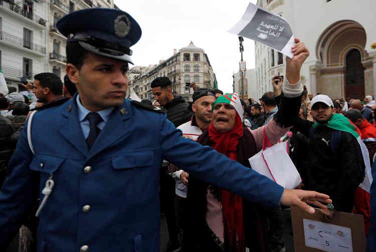 La manifestation s'est déroulée en l'absence de policiers. Initialement présents en force dans le centre-ville, ils se sont retirés face au nombre de marcheurs.