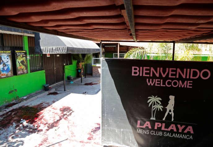 L'entrée de l'établissement« La Playa» samedi 9 mars après l'attaque armée qui a fait dans la nuit précédente au moins quinze morts et trois blessés, dans la ville de Salamanca.