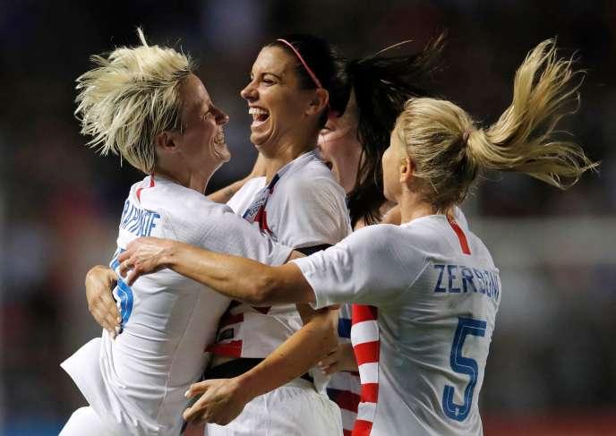 Alex Morgan (au centre), Megan Rapinoe (à gauche) et leurs coéquipières considèrent que« la Fédération américaine n'a fait que le minimum en matière d'égalité entre les hommes et les femmes, et continue de pratiquer une discrimination au détriment de ses joueuses».