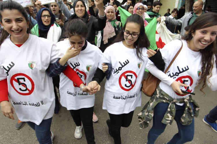 La manifestation a réuni des Algériennes de tous âges, comme ces étudiantes.