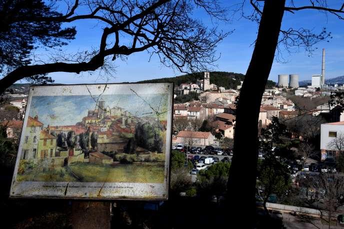 Vue sur Gardanne et sa centrale à charbon avec, au premier plan, une reproduction du tableau de Cézanne« Gardanne» consacrée à la montagne Sainte-Victoire.
