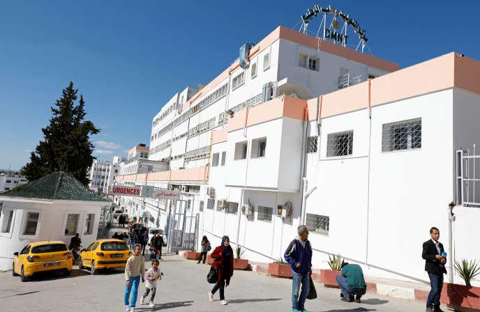 Devant l'hôpital Wassila-Bourguiba à Tunis (Tunisie), le 10 mars 2019.