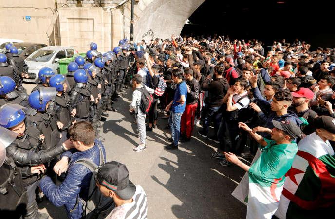 A Alger, les manifestants se sont retrouvés dimanche pour protester contre la candidature du présidentAbdelaziz Bouteflika.