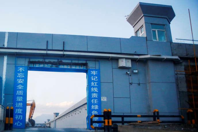 L'entrée d'un centre de rééducation chinois en construction, à Dabancheng, dans la Région autonome ouïgoure du Xinjiang, le 4 septembre 2018.