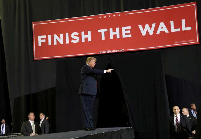 Le président américain Donald Trump lors d'un meeting le 11 février au Texas. Une banderole demande de« terminer le mur».