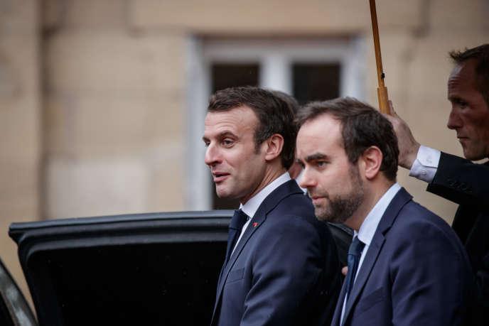 Le président de la République, Emmanuel Macron, et son ministre chargé des collectivités territoriales, Sébastien Leconu, le 7 février à Autun.
