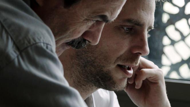 Edwy Plenel (à gauche) dans le documentaire français de Naruna Kaplan de Macedo,«Depuis Mediapart».