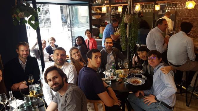 Un brunch d'anciens de l'Insead au restaurant Le Bagnard, à Paris. Le renforcement des réseaux passeaussi par des réunions informelles le week-end.