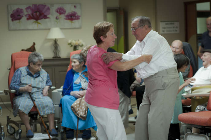 Une soignante aide un résident et le fait danser, dans un Ehpad à Ally (Cantal), en 2013.
