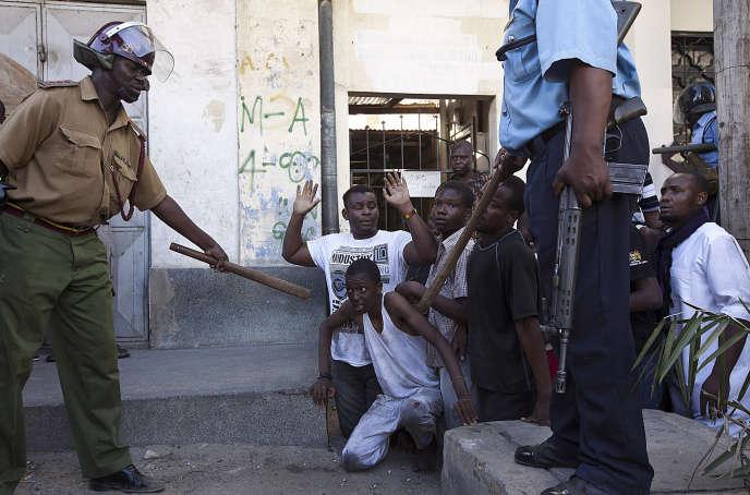 Arrestation de jeunes djihadistes présumés devant la mosquée Masjid Musa, dans le quartier Majengo, à Mombasa, le 2 février 2014.