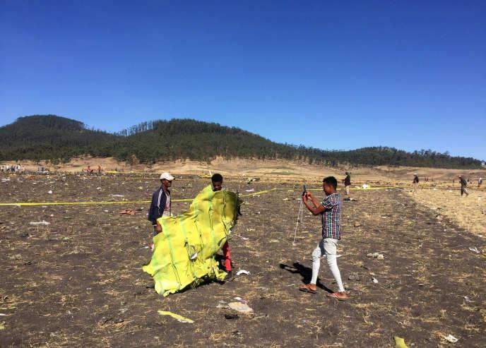 Des curieux prennent des photos des restes de l'appareil, le 10 mars près deBishoftu, au sud-est d'Addis-Abeba (Ethiopie).