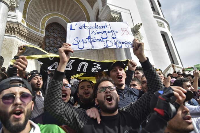 Des étudiants algériens manifestent contre le président Abdelaziz Bouteflika, à Alger, le 5mars 2019.