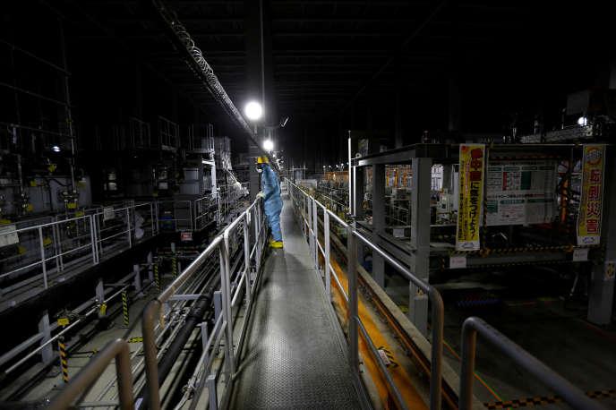Un employé de l'usine électrique Tepco de Tokyo, le 18 février.