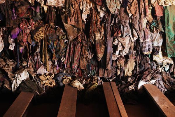 Vêtements ensanglantés des victimes du génocide, exposés en 2010 dans l'église de Ntarama, à Kigali, l'un des six mémoriaux du génocide au Rwanda.